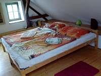 velká ložnice v patře - chalupa k pronájmu Horní Stropnice
