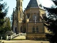 Schwarzenberská hrobka v Třeboni u rybníku Svět