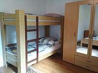 Ložnice č.3 s manželskou postelí a palandami - chalupa ubytování Český Rudolec