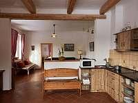 Pohled z kuchyně do obývacího pokoje - chalupa k pronájmu Sudoměřice u Bechyně