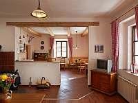 Pohled z obývacího pokoje do kuchyně - chalupa k pronajmutí Sudoměřice u Bechyně