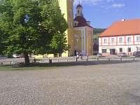 Náměstí pohled na kostel s památnou lípou - chalupa ubytování Vlachovo Březí
