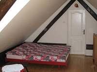 ložnice v podkroví - chalupa k pronajmutí Dobrkovská Lhotka