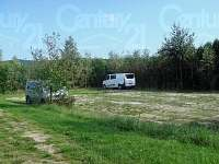 Parkoviště, které lze využít také jako hřiště na fotba, volejbal či badminton - chalupa k pronájmu Slavonice