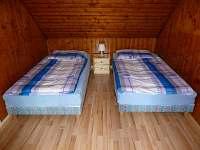 ložnice v podkroví - pronájem chaty Doubí