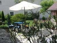 zahradní sezení na dvorku