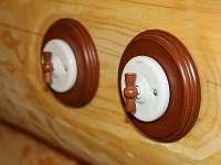 Detail - stylové vypínače - pronájem srubu Kunžak