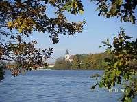 Bošilecký rybník a kostel