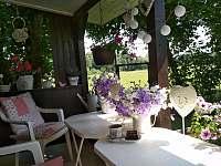 i v pergole na zahradě v chládku kávička skvěle chutná - Dynín - Lhota