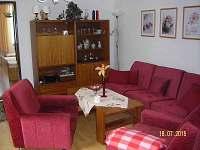 obývací pokoj - v případě přání sem lze umístit 2 lůžka s tím, že gauč zůstane