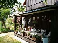 pergola s pohledem na zahradu a k lesu - Dynín - Lhota