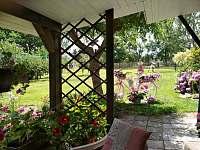 pohled na zahradní dekoraci si můžete vychutnat při pití kávy v pergole na zahra - chalupa k pronájmu Dynín - Lhota