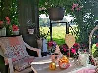 v pergole na zahradě si můžete vychutnat kávičku s výhledem do krásné přírody - chalupa k pronájmu Dynín - Lhota