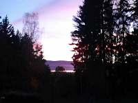 Grilování na terase s výhledem na jezero