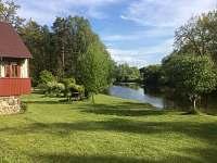 pohled na chatu a řeku