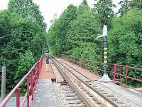 Železniční viadukt je zároveň cesta na Osiku - Albeř
