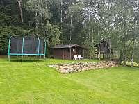 Zahrada + trampolína 3,6 metru - chata k pronájmu Slupečná