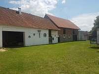 Dvůr / vstup do společenské místnosti ve stodole - chalupa k pronájmu Libořezy