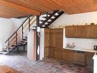 schody z kuchyně do obytné části - chalupa k pronájmu Libořezy