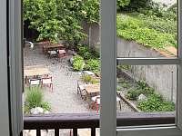 posezení ve dvoře - apartmán ubytování Písek