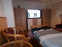 První ložnice - dvě lůžka - chalupa k pronájmu Lomnice nad Lužnicí