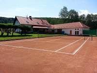 Chalupa Na samotě s tenisovým kurtem