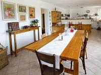 Horní domek - jídelní stůl
