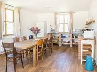 Spodní domek - jídelní stůl