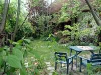 V zahradě
