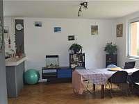 jídelní kout, rozkládací stůl pro 8 osob - chalupa ubytování Vyšší Brod