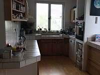 prostorná a praktická kuchyně - chalupa k pronájmu Vyšší Brod