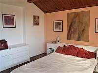první ložnice, s oknem s výhledem na klášter - Vyšší Brod