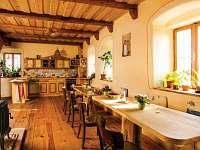 Žabovřeský Mlýn - jídelna s kuchyňským koutem přízemního apartmánu