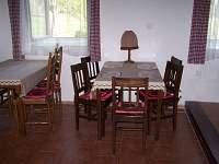 Jídelní stoly ve 2 spol. místnosti - pronájem chalupy Hněvanov