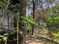 Pohled na vyhlídku ze vstupu chaty