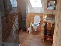 horní koupelna s WC - pronájem chalupy