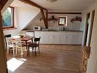 kuchyně a obývací pokoj v horním apartmánu - chalupa k pronájmu