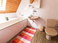 Koupelna s vanou v patře