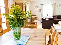 Pohled z kuchyně do obýváku