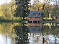 Chatka u rybníka