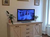 obývací pokoj s TV - apartmán k pronájmu Mirovice