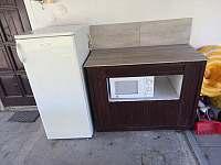 Venkovní malá kuchyňka s lednicí, mikrovlnkou, grilem... - apartmán k pronajmutí Byňov u Nových Hradů