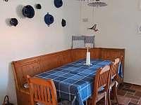 Babiččina chaloupka v Předmíři - Jídelní stůl ve stylové sednici - k pronajmutí
