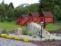 Chatičky pohled z venkovní terasy - pronájem chalupy Strážný-Hliniště