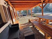 Zázemí na terase - chalupa ubytování Strážný-Hliniště