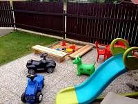 """Dětský """"koutek"""" na terase - pískoviště a hračky"""