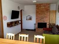 Obývací pokoj s krbem a LED TV