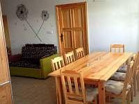 Pohled z kuchyně na propojený obývák