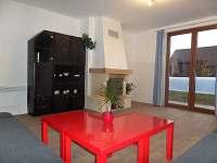 Obývací pokoj s výhledem na bazén a terasu