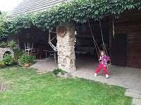 posezení na dvoře a dětská houpačka - chalupa k pronájmu Palupín